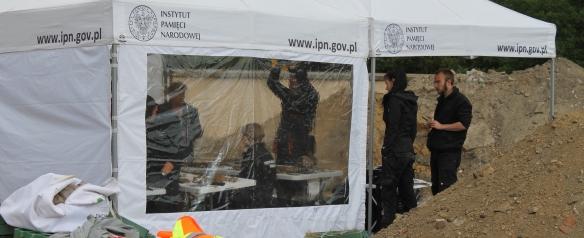 Namiot, w którym przeprowadzono ogędziny sądowo-lekarskie wydobytych szczątków (Fot. Marcin Maruszak)